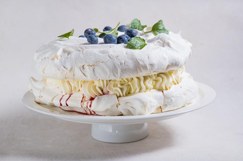 Tort bezowy z mascarpone i wiśniami (1 szt)