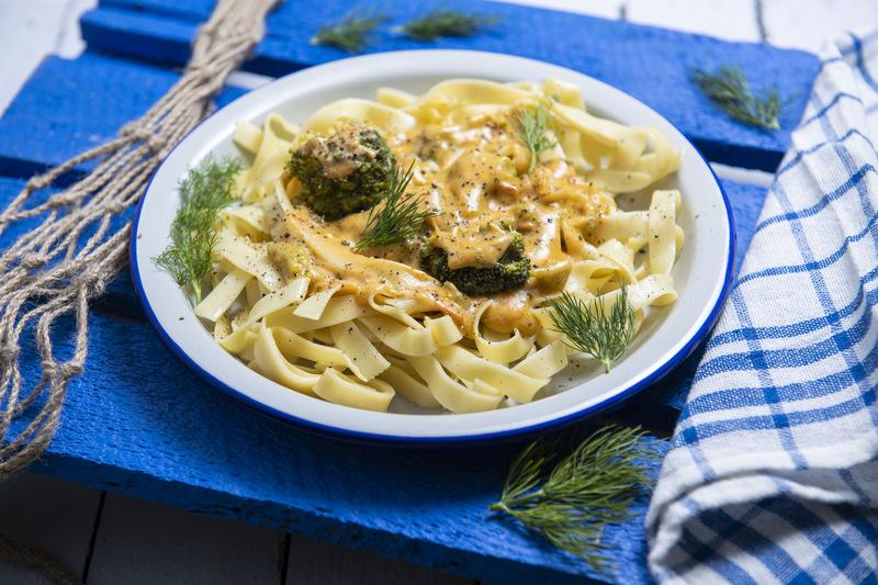 Tagliatelle z brokułami i łososiem (400 g)