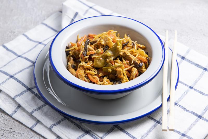 Makaron CHOW MEIN z wieprzowiną i warzywami (300 g)