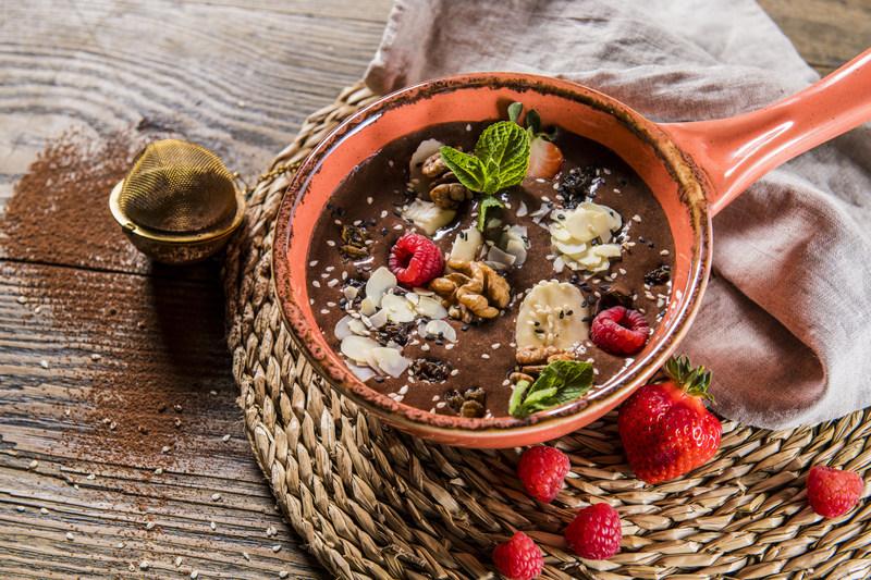 BOWL czekoladowy z owocami i orzechami (1 szt)