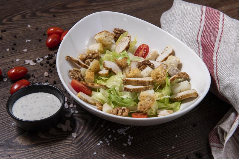Sałatka z kurczakiem (1 szt)
