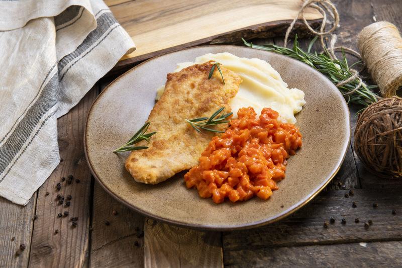 Filet z piersi kurczaka z puree ziem. i marchewką (600 g)