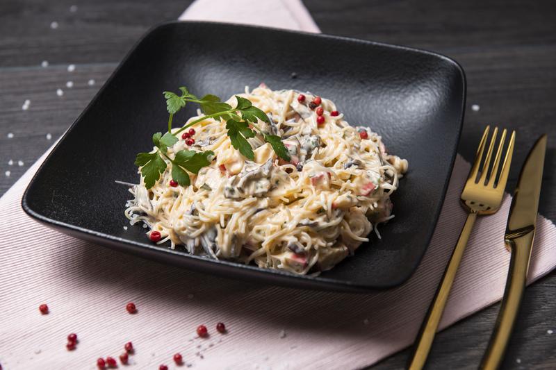 Sałatka makaronowa z paluszkami krabowymi (400 g)