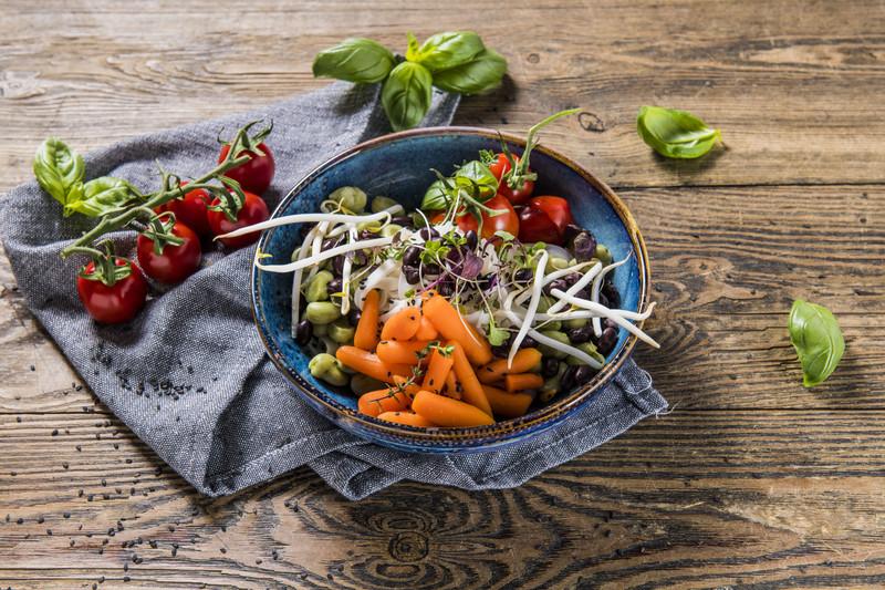 BOWL makaron sojowy z bobem i warzywami (1 szt)
